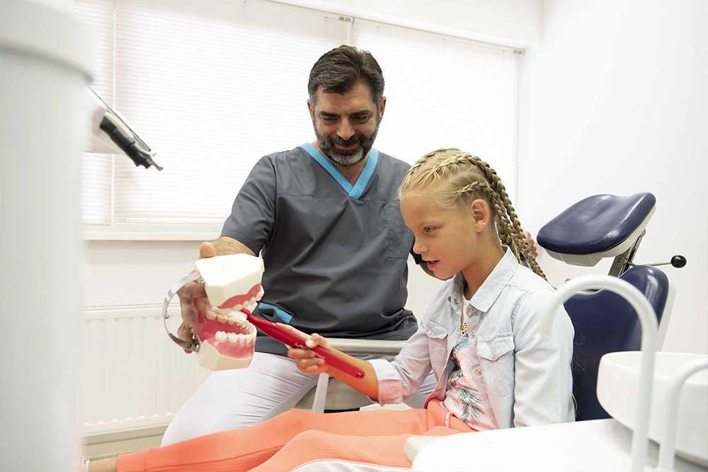 controle-tandartspraktijk_blokzijl_tandarts-behandelingen-controle-team-tandartsassistente-mondhygiene-afspraak-receptie-andreas-gaby-laura-patient