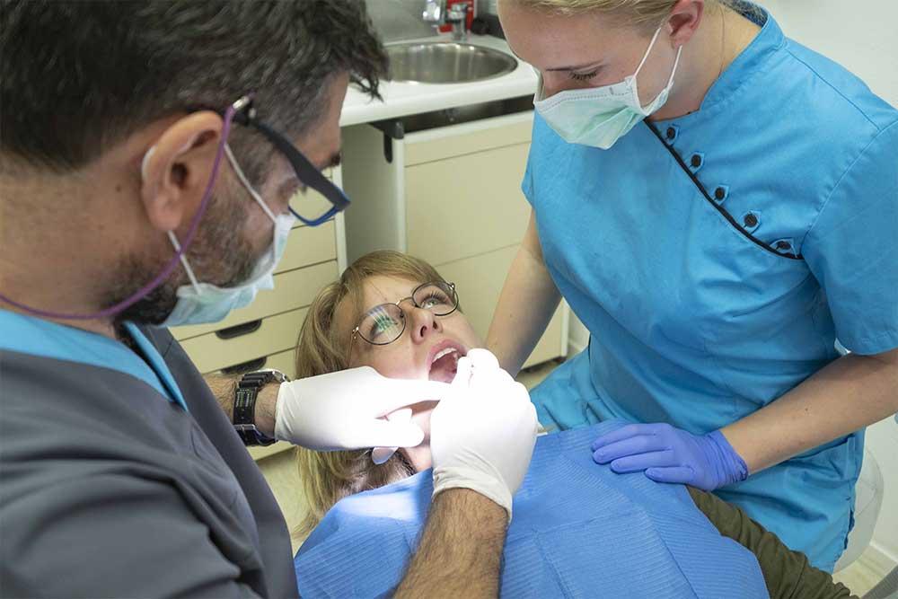 mondhygiene-tandartspraktijk_blokzijl_tandarts-behandelingen-controle-team-tandartsassistente-mondhygiene-afspraak-receptie-andreas-gaby-laura-patient