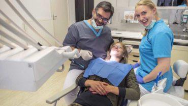 werkwijze-tandartspraktijk_blokzijl_tandarts-behandelingen-controle-holistisch-biologische-lichaamsvriendelijke-materialen-team-tandartsassistente-mondhygiene-afspraak-receptie-andreas-gaby-laura-patient